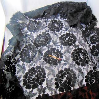 Triangle chale dentelle synthétique noir  115 cm
