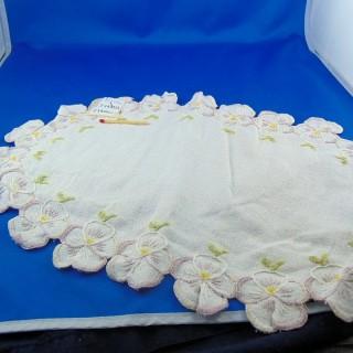 Viejo napperon oval bordado 38 x 24 cm