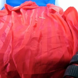 Cupón sintético con grandes rayas tono coral en tono