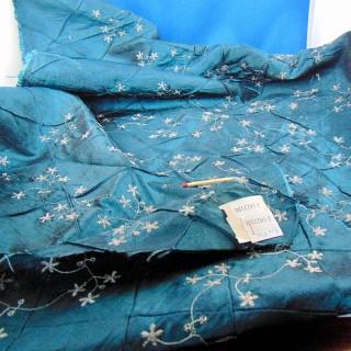 Coupon ancien en soie brodée de fil d'argent 90 x 50 cm