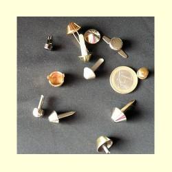 Pieds de sac métalliques, agrafes ou vis.